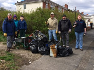 New Cut Canal litter pick 16.04.16 10 rubbish with Charlie in wb