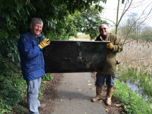 New Cut Canal litter pick 16.04.16 13 Kev and Terry with TV 50(1632 x 1224)